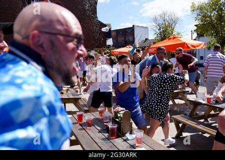 England-Fans feiern das erste Tor ihrer Mannschaft, während sie sich das UEFA Euro 2020 Gruppe D-Spiel zwischen England und Kroatien im Canal House Pub in Birmingham ansehen. Bilddatum: Sonntag, 13. Juni 2021.
