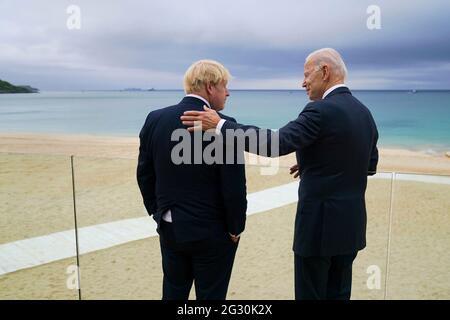 US-Präsident Joe Biden spricht mit Premierminister Boris Johnson, links, während eines Spaziergangs vor dem G7-Gipfel im Carbis Bay Hotel am 10. Juni 2021 in Carbis Bay, Cornwall, Großbritannien.