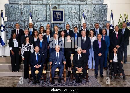 (210614) -- JERUSALEM, 14. Juni 2021 (Xinhua) -- Der neue israelische Premierminister Naftali Bennett (L, erste Reihe), der israelische Präsident Reuven Rivlin (C, erste Reihe) und der alternative Premierminister und Außenminister Yair Lapid (R, erste Reihe) posieren für ein Gruppenfoto mit den neuen Regierungsministern in der Residenz des Präsidenten in Jerusalem, 14. Juni 2021. (JINI via Xinhua)