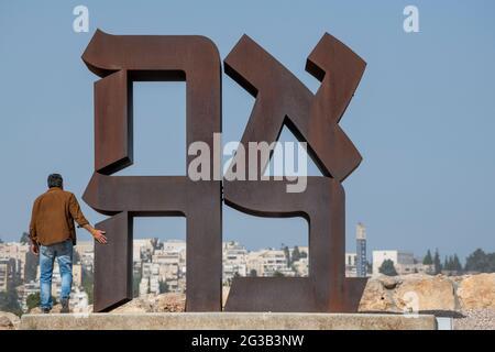 Israelischer Besucher, der die berühmte AHAVA (Liebe auf Hebräisch), Cor-ten Stahl 12 Fuß hohe Skulptur von Robert Indiana im Israel Museum erkundet. Jerusalem