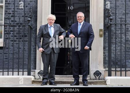 (210615) -- LONDON, 15. Juni 2021 (Xinhua) -- der britische Premierminister Boris Johnson (L) begrüßt den australischen Premierminister Scott Morrison am 15. Juni 2021 vor der Downing Street 10 in London, Großbritannien. Großbritannien hat sich ein Freihandelsabkommen mit Australien gesichert - das erste große Handelsabkommen, das von Grund auf verhandelt wurde, seit die ehemalige die Europäische Union (EU) verlassen hat, teilte die britische Regierung am Dienstag mit. (Tim Hammond/No 10 Downing Street/Handout via Xinhua)