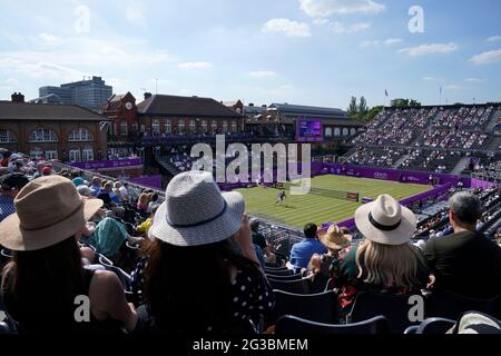 Die Menge beobachtet Andy Murray am zweiten Tag der Cinch Championships im Queen's Club, London, in Aktion gegen Benoit Paire. Bilddatum: Dienstag, 15. Juni 2021.