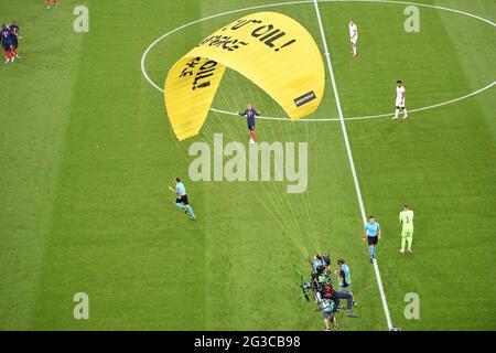 Vor dem UEFA Euro 2020 Championship Group F Spiel zwischen Frankreich und Deutschland in der Allianz Arena, am 15. Juni 2021 in Bayern, München, wird ein Greenpeace-Protestler in das Stadion fliegen sehen. Foto von David Niviere/ABACAPRESS.COM