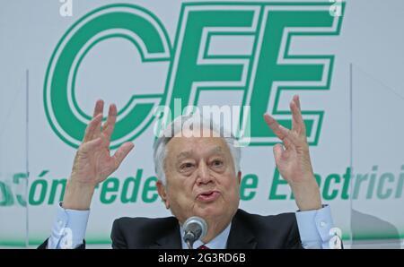 """Mexiko-Stadt, Mexiko, 17. Juni 2021: Manuel Bartlett Díaz, Direktor der Federal Electricity Commission (CFE), spricht während einer Pressekonferenz am 17. Juni 2021 in Mexiko-Stadt, Mexiko. Die mexikanische Regierung kündigte am Donnerstag an, dass sie eine Beschwerde an Italien richten werde, weil sie ihrem Elektrizitätsunternehmen Enel vorwirft, """"gegen das Gesetz verstoßen"""" zu haben, indem sie sich vor den Reformen von Präsident Andres Manuel Lopez Obrador flüchtet. EFE/Mario Guzmán Kredit: EFE Nachrichtenagentur/Alamy Live News"""