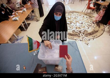 Eine Iranerin stimmt während der iranischen Präsidentschaftswahlen in einem Wahllokal des iranischen Konsulats in Najaf, Irak, am 18. Juni 2021 ab. REUTERS/Alaa Al-Marjani