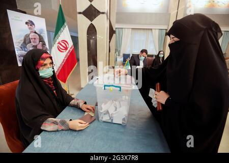Eine iranische Frau stimmt während der iranischen Präsidentschaftswahlen im iranischen Konsulat in Najaf, Irak, am 18. Juni 2021 ab. REUTERS/Alaa Al-Marjani