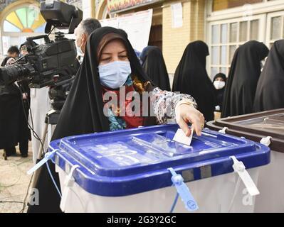 Teheran, Iran. Juni 2021. Eine Frau gibt während der iranischen Präsidentschaftswahlen am 18. Juni 2021 in einem Wahllokal in Teheran ihre Stimme ab. (Kyodo)==Kyodo Foto via Credit: Newscom/Alamy Live News
