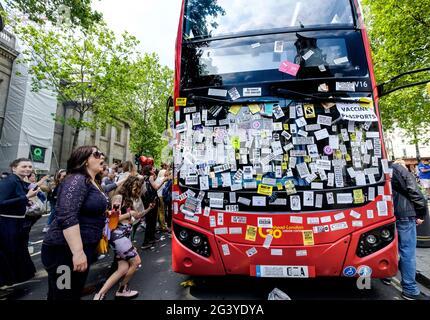 Anti-vax-Demonstranten haben während eines Protestes und einer Demonstration gegen die Sperrung/gegen die Impfung im Mai 2021 in London Aufkleber im gesamten Londoner Bus angebracht