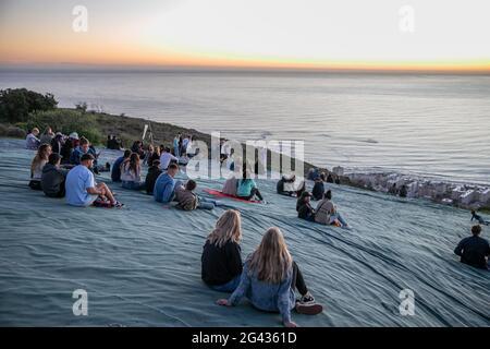 Kapstadt, Südafrika. Juni 2021. Besucher beobachten den Sonnenuntergang am 18. Juni 2021 auf dem Signal Hill in Kapstadt, Südafrika. Quelle: Lyu Tianran/Xinhua/Alamy Live News