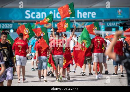 München, Deutschland. Juni 2021. Fußball: Europameisterschaft, Portugal - Deutschland, Vorrunde, Gruppe F, Matchday 2. Portugal-Fans kommen ins Stadion. Quelle: Matthias Balk/dpa/Alamy Live News