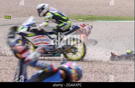 Hohenstein Ernstthal, Deutschland. Juni 2021. Motorsport/Motorrad, großer Preis von Deutschland, Moto3 am Sachsenring: Mehrere Fahrer stürzen ab. Quelle: Jan Woitas/dpa-Zentralbild/dpa/Alamy Live News