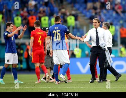 Italien-Manager Roberto Mancini (rechts) schüttelt sich die Hände mit Rafael Toloi am Ende des UEFA Euro 2020 Gruppe A-Spiels im Stadio Olimpico, Rom. Bilddatum: Sonntag, 20. Juni 2021.