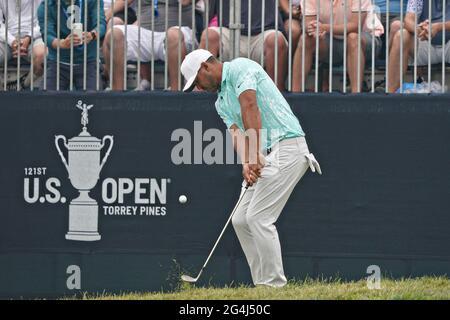 San Diego, Usa. Juni 2021. Brooks Koepka aus den USA, macht sich beim Finale der 121. US Open Championship auf dem Torrey Pines Golf Course in San Diego, Kalifornien, am Sonntag, den 20. Juni 2021, auf das 13. Green ein. Foto von Richard Ellis/UPI Credit: UPI/Alamy Live News