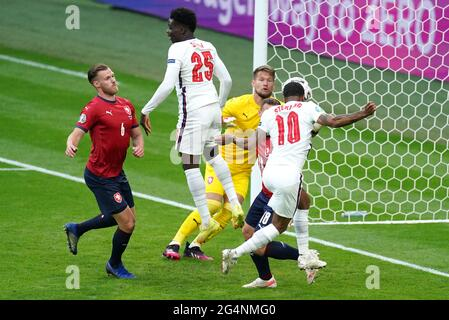 Der englische Raheem Sterling (rechts) erzielt beim UEFA Euro 2020-Spiel der Gruppe D im Wembley Stadium, London, das erste Tor des Spiels seiner Mannschaft. Bilddatum: Dienstag, 22. Juni 2021.