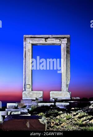 """Die Portara (wörtlich """"große Tür"""") in Chora, der Hauptstadt der Insel Naxos, Kykladen, Griechenland. Gehörte wahrscheinlich zu einem alten Tempel von Apollo o"""