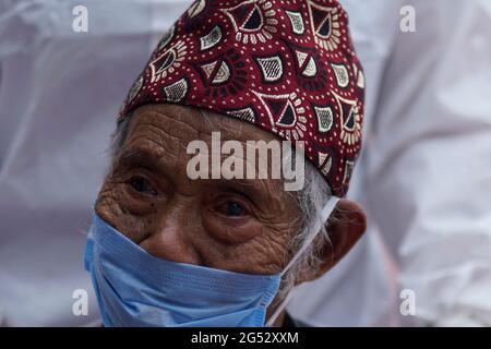 Kathmandu, Nepal. Juni 2021. Medizinische Fachkräfte vor Ort verabschiedeten am Freitag, den 25. Juni 2021, die sehbehinderte 74-jährige Kaile Tamang, nachdem sie sich von COVID-19 im Radiha Soami COVID Isolation & Oxygen Therapy Center in Kathmandu, Nepal, erholt hatte. Kredit: Skanda Gautam/ZUMA Wire/Alamy Live Nachrichten