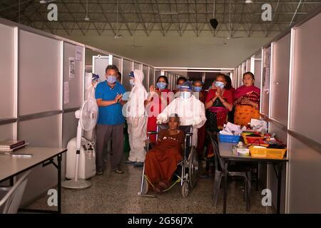 Kathmandu, Nepal. Juni 2021. Die 94-jährige Kalika Devi Bastola wurde von Heidearbeitern vor Ort verabschiedet, nachdem sie den Kampf mit dem Corona-Virus im Radiha Swoami COVID-19 Isolation & Oxygen Therapy Center in Kathmandu gewonnen hatte. Kredit: SOPA Images Limited/Alamy Live Nachrichten