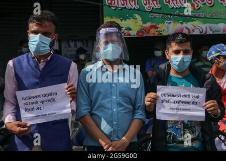 Kathmandu, Nepal. Juni 2021. Studentische Aktivisten aus fünf verschiedenen politischen Parteien haben am Donnerstag in Kathmandu gemeinsam gegen die verfassungswidrigen Schritte der Regierung und die Auflösung des Repräsentantenhauses protestiert. (Foto: Abhishek Maharjan/Pacific Press) Quelle: Pacific Press Media Production Corp./Alamy Live News