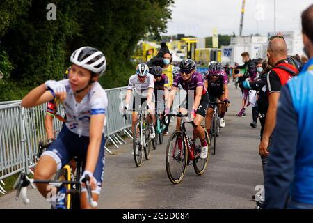 """Die Niederländerin Demi Vollering vom Team SD Worx feiert den Sieg beim eintägigen Radrennen der Frauen """"La Course by Le Tour de France"""", 108 km von Brest nach L"""