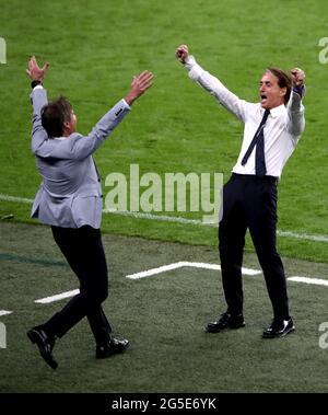 Italien-Manager Roberto Mancini (rechts) feiert am Ende der UEFA Euro 2020 Runde von 16 Spiel im Wembley Stadium, London. Bilddatum: Samstag, 26. Juni 2021.
