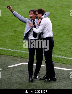 Italien-Manager Roberto Mancini (rechts) feiert mit Trainer-Scout Gabriele Oriali am Ende der UEFA Euro 2020-Runde von 16 Spiel im Wembley Stadium, London. Bilddatum: Samstag, 26. Juni 2021.