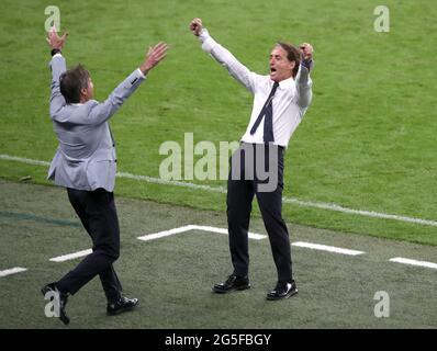 Italien-Manager Roberto Mancini (rechts) feiert nach der UEFA Euro 2020 Runde von 16 Spiel im Wembley Stadium, London. Bilddatum: Samstag, 26. Juni 2021.