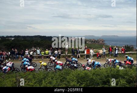 Die Abbildung zeigt das Reiterrudel, das beim Start der zweiten Etappe der 108. Auflage des Radrennens der Tour de France, 183,5, abgebildet ist