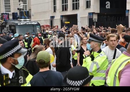 Trafalgar Square, London, Großbritannien. Juni 2021. Menschen, die am Freedom to Dance teilnehmen, marschieren durch das Zentrum Londons. Kredit: Matthew Chattle/Alamy Live Nachrichten