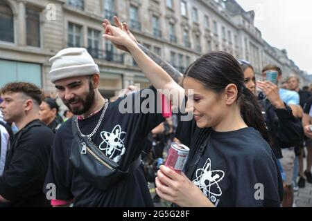 """London, Großbritannien. Juni 2021. Die Teilnehmer tanzen während der Demonstration. Eine Gruppe von Musikern veranstaltete eine Raceparty """"Save the Scene"""", um die Aufmerksamkeit und Geldbeschaffung für die Musikindustrie in Großbritannien zu erhöhen, die durch die COVID-19-Beschränkungen behindert wurde. Die Rennparty startet vom BBC-Hauptsitz in die Downing Street. Kredit: SOPA Images Limited/Alamy Live Nachrichten"""