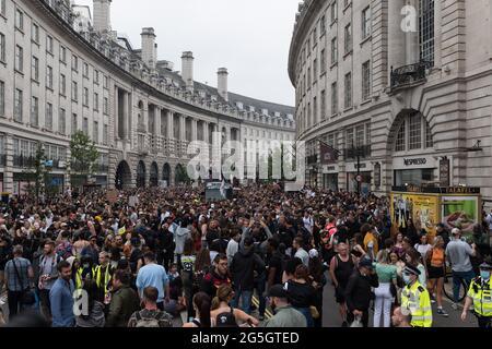 """London, Großbritannien. Juni 2021. Tausende von Menschen nehmen an einem von Save Our Scene organisierten protestmarsch """"Freedom to Dance"""" durch das Zentrum Londons Teil, der fordert, dass die britische Regierung die Beschränkungen des Coronavirus, die dem Musik- und Gastgewerbe auferlegt wurden, ohne weitere Verzögerung aufhebt. Die britische Nachtwirtschaft ist von den Beschränkungen von Covid-19 schwer betroffen, wobei die meisten Veranstaltungsorte seit Beginn der Pandemie geschlossen waren. Quelle: Wiktor Szymanowicz/Alamy Live News"""