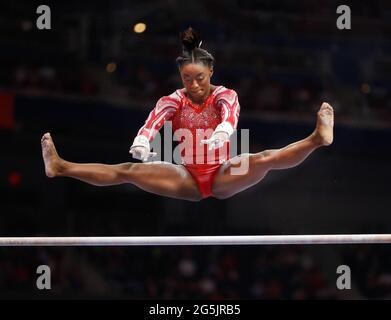 27. Juni 2021: Simone Biles tritt am 2. Tag der 2021 olympischen Mannschaftsversuche der Frauen in der US-Gymnastik im Dome im America's Center in St. Louis, MO, auf den ungleichen Parallelbarren auf. Kyle Okita/(Foto von Kyle Okita/CSM/Sipa USA)