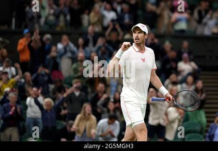 Andy Murray feiert den Sieg über Nikoloz Basilashvili auf dem Center Court am ersten Tag von Wimbledon im All England Lawn Tennis and Croquet Club, Wimbledon. Bilddatum: Montag, 28. Juni 2021.