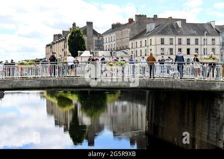 Frankreich, Fougeres, Redon, 29/06/2021, Tour de France 2021, Etappe 4, Redon nach Fougeres. Die Fahrer überqueren zu Beginn des Rennens die Brücke.