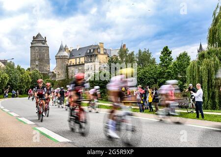 Frankreich, Fougeres, Redon, 29/06/2021, Tour de France 2021, Etappe 4, Redon nach Fougeres. Die Gruppe fährt während des Rennens durch Chateaugiron.