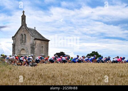 Frankreich, Fougeres, Redon, 29/06/2021, Tour de France 2021, Etappe 4, Redon nach Fougeres. Die Gruppe fährt durch hübsche französische Städte