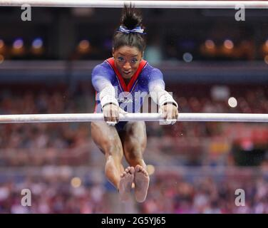 25. Juni 2021: Simone Biles tritt am ersten Tag der 2021 olympischen Mannschaftsversuche der Frauen in der US-Gymnastik im Dome im America's Center in St. Louis, MO, auf den ungleichen Parallelbarren auf. Kyle Okita/CSM