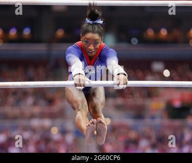 25. Juni 2021: Simone Biles tritt am ersten Tag der 2021 olympischen Mannschaftsversuche der Frauen in der US-Gymnastik im Dome im America's Center in St. Louis, MO, auf den ungleichen Parallelbarren auf. Kyle Okita/(Foto von CSM/Sipa USA)