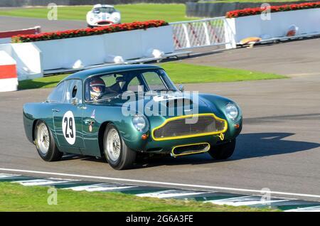 Aston Martin DB4GT Classic, Oldtimer-Rennwagen, der bei der RAC Tourist Trophy beim historischen Goodwood Revival Event in Großbritannien teilnimmt. Vern Schuppan fährt