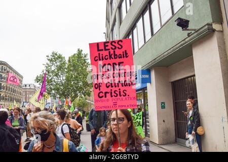London, Großbritannien. Juni 2021. Massen von Demonstranten marschieren beim Protest der Freien Presse an Waterloo vorbei. Demonstranten der Extinction Rebellion marschierten vom Parliament Square zum britischen Nachrichtenhauptsitz, der Rupert Murdoch gehört, aus Protest gegen Fehlinformationen, Korruption und die ungenaue und unzureichende Berichterstattung über die Klima- und Umweltkrise durch mehrere große britische Zeitungen, die sich im Besitz von Milliardären befinden.