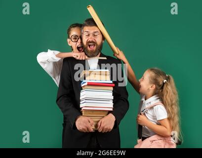 Lustige Porträt von Comic Vater Tutor und verrückte Schüler Schüler auf grünen Tafel Hintergrund. Schlechter Lehrer.