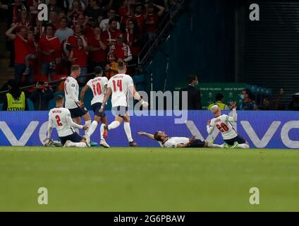 London, Großbritannien. Juli 2021. Der englische Harry Kane (2. R) feiert sein Tor im Halbfinale zwischen England und Dänemark bei der UEFA EURO 2020 in London, Großbritannien, am 7. Juli 2021. Quelle: Han Yan/Xinhua/Alamy Live News