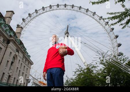 Der englische 1966-Weltmeister Sir Geoff Hurst trägt vor dem London Eye lastminute.com ein nachahmtes WM-Finaltrikot aus dem Jahr 1966, vor dem Spiel der englischen Fußballmannschaft gegen Italien im Finale der Euro 2020 am Sonntag. Bilddatum: Freitag, 9. Juli 2021.