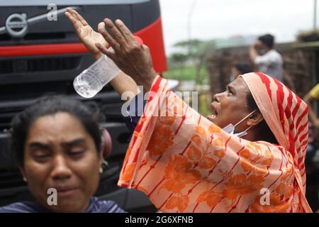 Narayanganj. Juli 2021. Am 9. Juli 2021 reagieren Menschen auf den Brand der Saftfabrik in Narayanganj, Bangladesch. Mindestens 51 Arbeiter starben als eine Saftfabrik im Distrikt Narayanganj in Bangladesch, etwa 20 km von der Hauptstadt Dhaka entfernt, und brannte am Donnerstag, sagte ein hochrangiger Beamter am Freitag. Quelle: Xinhua/Alamy Live News