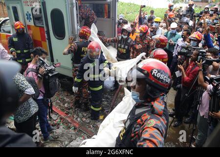 Narayanganj. Juli 2021. Feuerwehrleute tragen Leichen von Opfern nach einem Brand in der Saftfabrik in Narayanganj, Bangladesch, 9. Juli 2021. Mindestens 51 Arbeiter starben als eine Saftfabrik im Distrikt Narayanganj in Bangladesch, etwa 20 km von der Hauptstadt Dhaka entfernt, und brannte am Donnerstag, sagte ein hochrangiger Beamter am Freitag. Quelle: Xinhua/Alamy Live News
