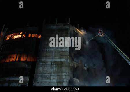 Rupganj, Bangladesch. Juli 2021. In einer Lebensmittelfabrik in Rupganj in Narayanganj brach ein tödliches Feuer aus. Mehr als 50 Menschen sind durch das Feuer gestorben, das viele Arbeiter gezwungen hat, aus den oberen Stockwerken um ihr Leben zu springen.