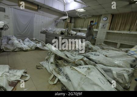 Dhaka. Juli 2021. Am 9. Juli 2021 werden die Leichen eines Feuers einer Saftfabrik in Narayanganj in der Leichenhalle eines Krankenhauses in Dhaka, Bangladesch, gesehen. Mindestens 52 Menschen sind gestorben, als ein riesiges Feuer einen zweiten Tag lang in der Saftfabrik in Narayanganj am Stadtrand von Dhaka wütete. Quelle: Xinhua/Alamy Live News
