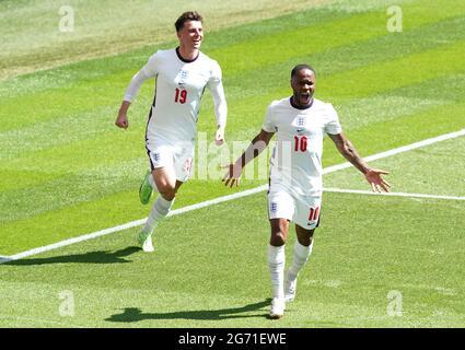 Fileboto vom 13-06-2021 von Raheem Sterling aus England (rechts) feiert das erste Tor seiner Mannschaft während des UEFA Euro 2020 Gruppe-D-Spiels im Wembley Stadium, London. Ausgabedatum: Samstag, 10. Juli 2021.