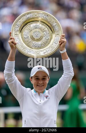 Ashleigh Barty feiert mit ihrer Trophäe, nachdem sie am 12. Tag von Wimbledon im All England Lawn Tennis and Croquet Club, Wimbledon, das Finale der Damen-Einzelspiele gegen Karolina Pliskova auf dem Mittelfeld gewonnen hat. Bilddatum: Samstag, 10. Juli 2021.