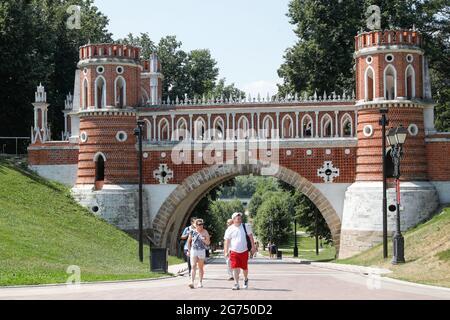 Moskau, Russland. Juli 2021. Die Bürger besuchen das Museumsreservat Tsaritsyno im Süden Moskaus. Kredit: Mikhail Japarize/TASS/Alamy Live Nachrichten