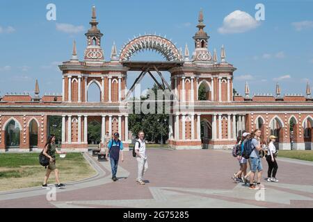 Moskau, Russland. Juli 2021. Die Bürger gehen an der Arch Gallery im Tsaritsyno-Museumsreservat im Süden Moskaus vorbei. Kredit: Mikhail Japarize/TASS/Alamy Live Nachrichten